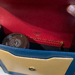 ミニマムサイズですがミニ財布入れて(写ってない😂)カップコーヒーとかも入れようと思えば入りました。